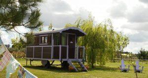 O que você acha de hospedar-se numa caravana cigana? Conheça estas caravanas estilosas e e decoradas ao estilo cigano tradicional que vemos nos filmes antigos.